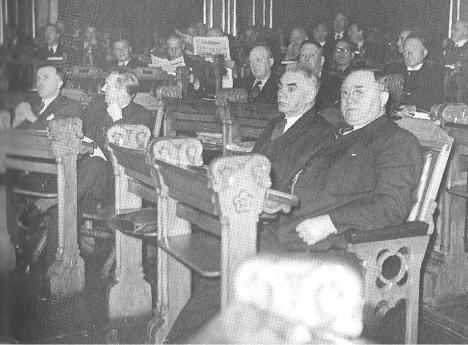 Halvdan Koht og Johan Nygaardsvold i stortingssalen
