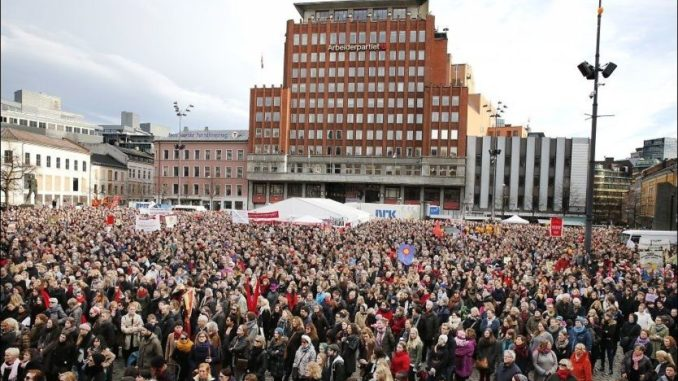 De røde i Norge gikk aldri av veien for å bruke massepsykose i frihetens navn, særlig når det gjaldt abort. Her fra Youngstorget 8.mars 2014 med omkring 10 000 deltagere. Fra 1970 til 2015 ble ca 500 000 aborter utført i Norge.