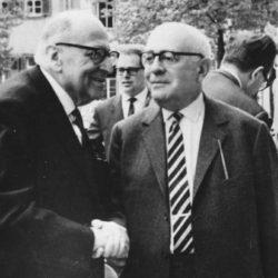 Kommunismens intellektuelle fra Frankfurterskolen, Max Horkheimer (f.v.) og Theodor Adorno som skapte det teoretiske grunnlag for New World Order.