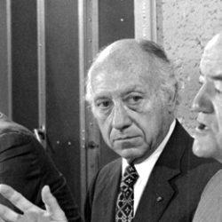 Senator Jacob Javits (1904-1986) i midten…