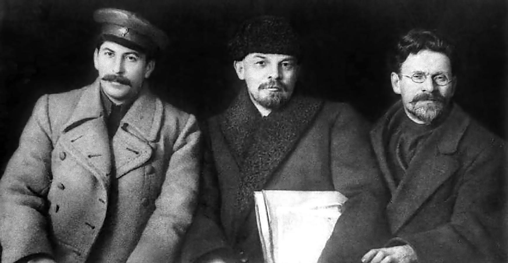 De brutale og hensynsløse ekstremistene Iosif Vissarionovich Dzhugashvili, Vladimir Ilyich Ulyanov og Lev Davidovich Bronstein, finansiert av anglosionistene, styrt av edomittene, som antageligvis også har ansvaret for at alle tre ble etterhvert ble myrdet (foto tatt omkring 1917).