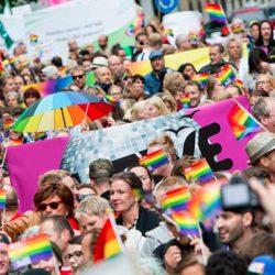 Homobevegelsens eventyrlige vekst er ikke et resultat av at mange kom ut av skapene, men et resultat av kløktig og intelligent manipulasjon i kjølvannet av den iscenesatte sex-drugs-rock-revolusjonen.