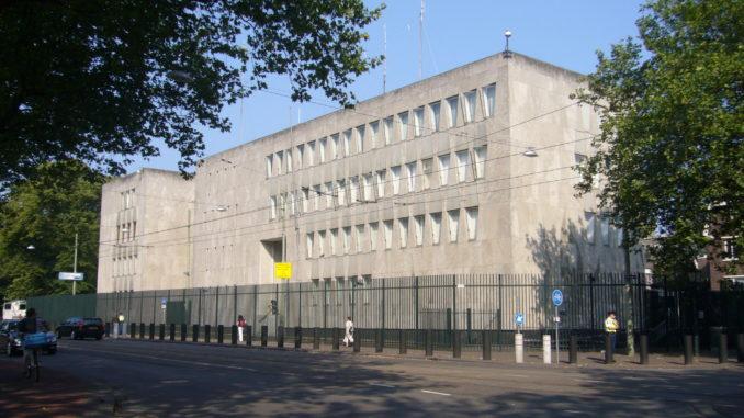 USAs ambassade i Haag, Nederland. Her ble altså medisineringen av Milosevic diskutert, men ikke med pasienten. Det forteller alt om hva USA kunne tillate seg på det tidspunktet. USA var i praksis nærmest enereådende og alle måtte bøye seg for deres vilje - lege-etikk måtte også tilpasse seg USAs ledelse sine ønsker og vilje.