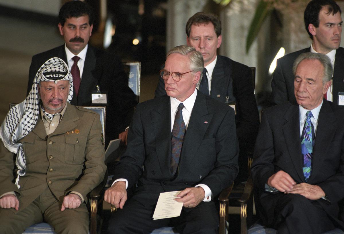 Francis i nobelt selskap, mellom Arafat & Perez.